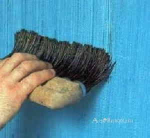 Нанесение на стену фактурной краски жесткой кисточкой
