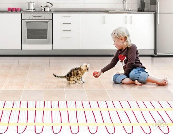 Ребенок играется с кошкой