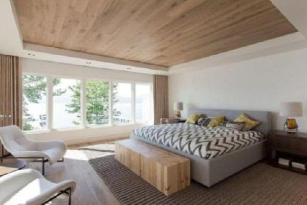 Большая кровать под стенкой