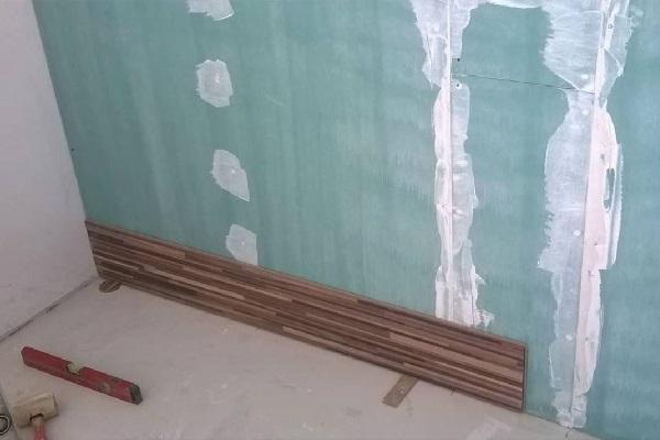 Стена отделана гипсокартоном